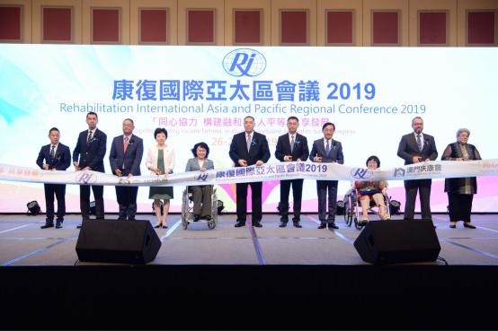 阿里巴巴集团合伙人、阿里巴巴公益基金会理事长孙利军(左一)与康复国际主席、中国残联主席张海迪(左五)等参会